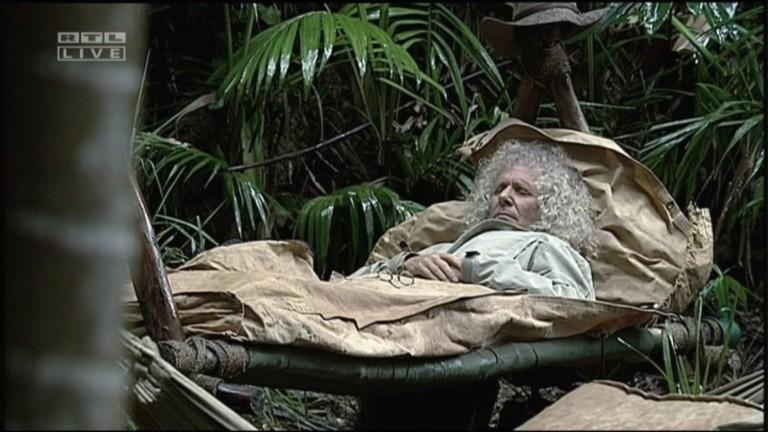 Rainer Langhans schlafend auf seinem Feldbett / Credit: RTL